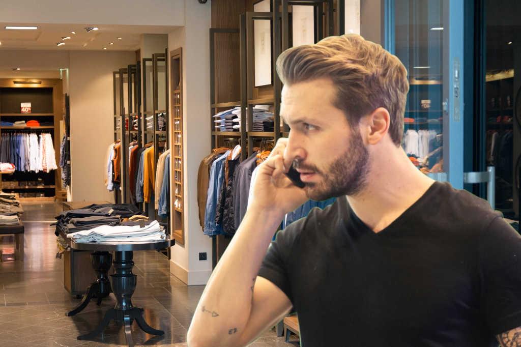 un homme au téléphone entre dans un magasin - cross selling